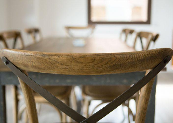 silla de mader y mesa arqutectura