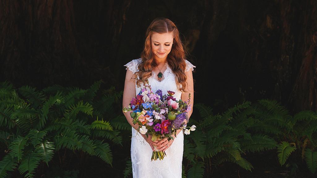 novia con ramo en boda en california por oliveira foto fotografo de bodas