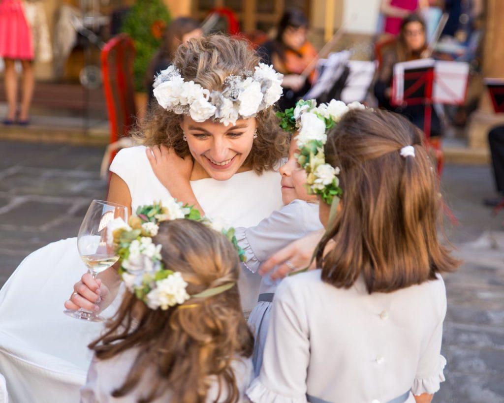 novia con niñas en boda en asturias fotografo de bodas novia