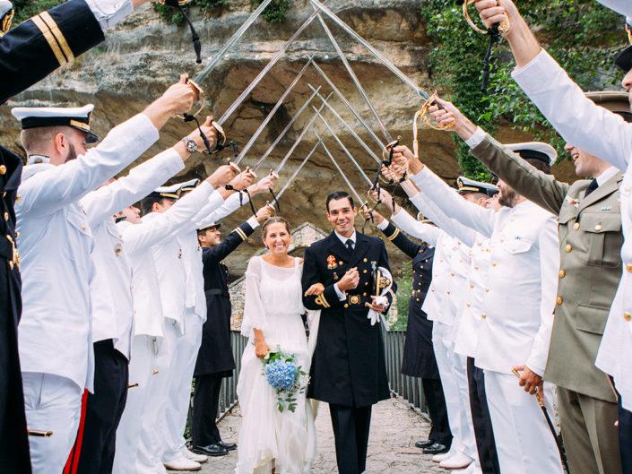novios boda militar infiesto asturias pasillo de sables