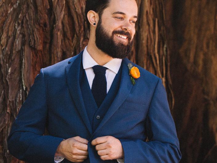 novio boda en un bosque de california