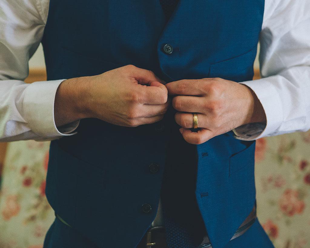 detalle de novio en boda en california