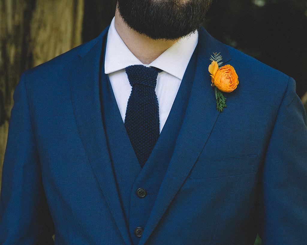 detalle novio corbata boda en un bosque