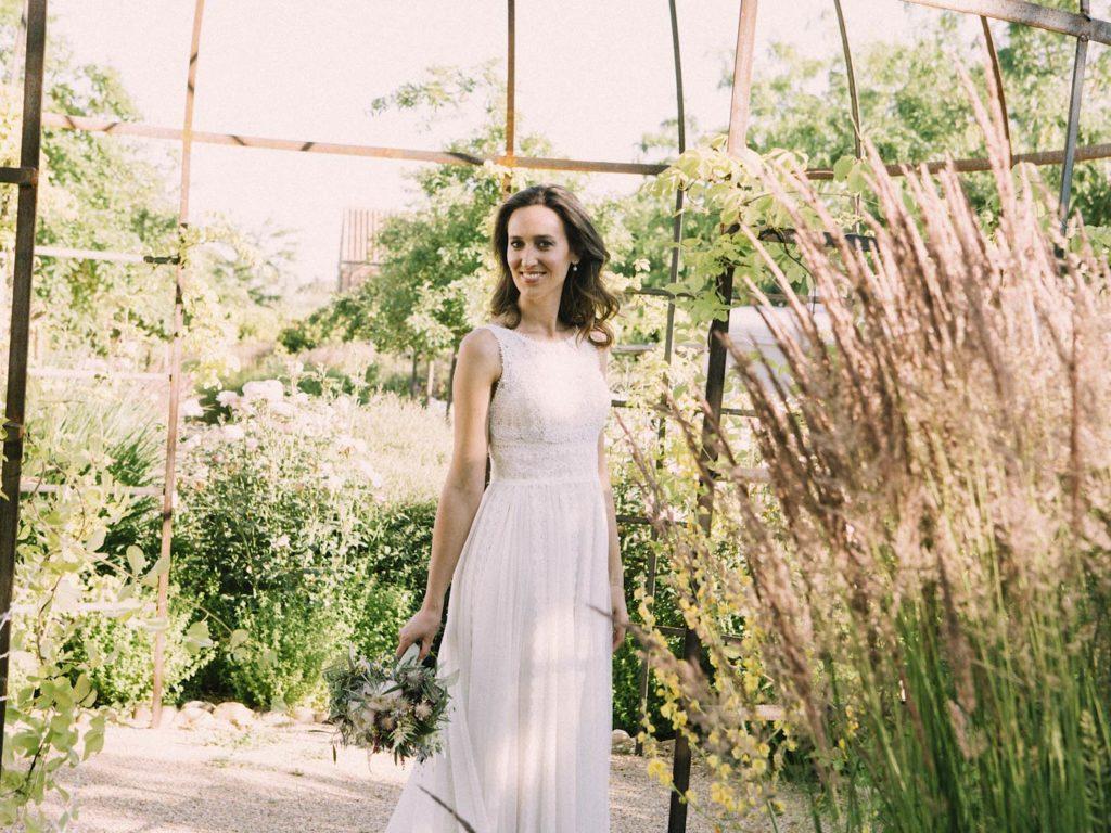 novia con ramo y vestido en Las tenadas