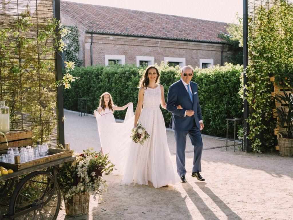 novia y padrino caminando en boda en finca las tenadas