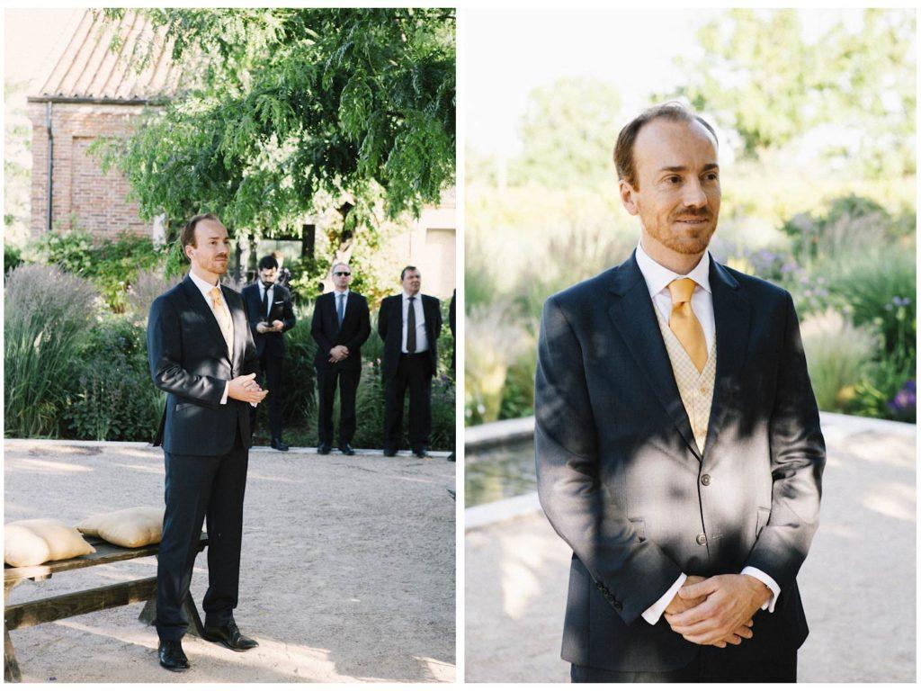 novio boda esperando en altar