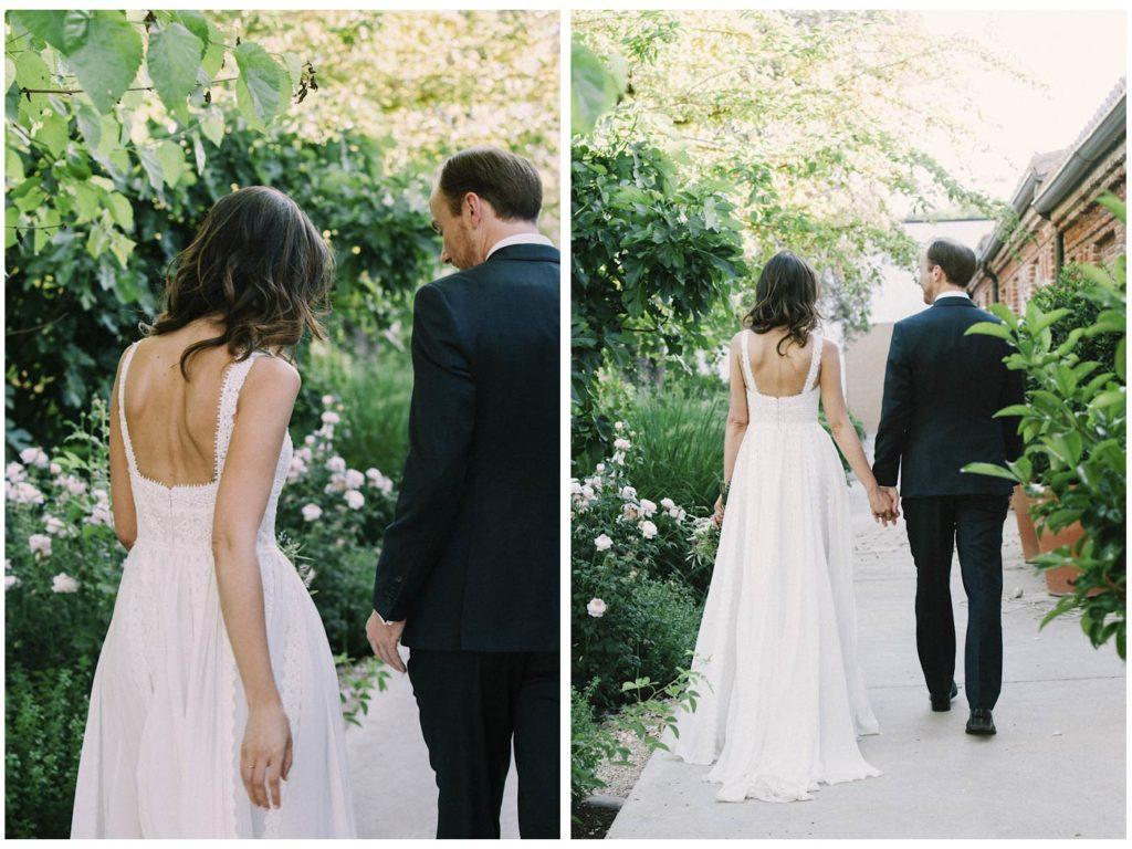 novios caminando de espaldas vestido rosa clara