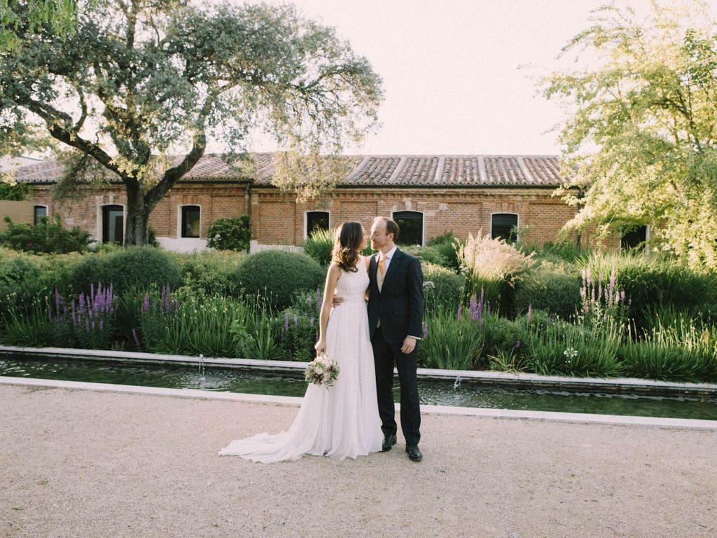beso novios en su boda en finca las tenadas Madrid