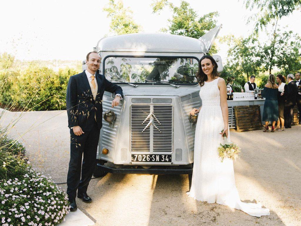 novios y furgoneta en boda en finca las tenadas en madrid