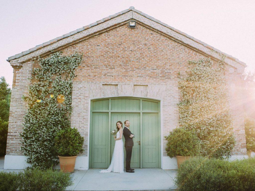 pareja posando en su boda