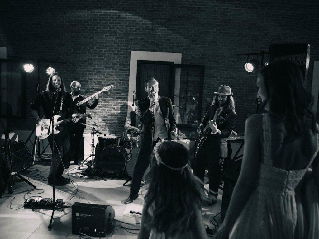 Novio cantando en su boda concierto en directo